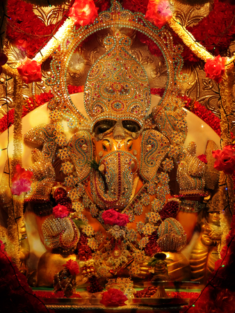 ganesh: Un señor Ganesha ídolo tachonado de piedras preciosas en un templo hindú durante el festival de Ganesh