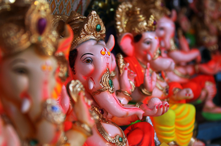 seigneur: Belles idoles de Lord Ganesha � vendre dans une boutique pendant le festival de Ganesh en Inde.