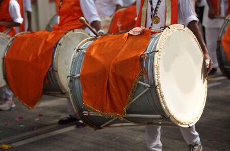hindues: instrumentos de percusión tradicionales llamados tambores usados ??en una procesión del festival de Ganesh, como lo ha sido durante muchos años.
