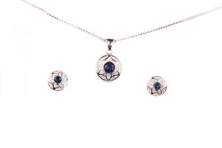 aretes: Un conjunto de joyería hermosa hecha de piedras preciosas de plata y azul, que consisten en una cadena, colgante y pendientes.