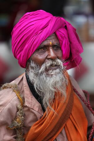 hindues: Pune, India  - July 11, 2015: An Indian pilgrim of the hindu tradition with a blind eye on his way to a pilgrimmage in India during Wari festival