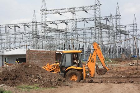 Bouwvakkers bezig met het graven van een site voor de uitbreiding van een krachtcentrale in India.