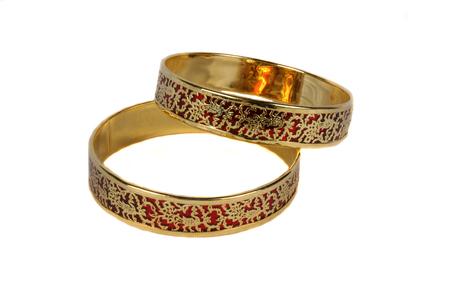 Traditionelle indische Armreifen mit einem aufwendigen Design in Gold auf Purpur. Standard-Bild