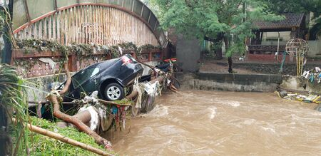 A car which got carried with floods water stuck in a bridge in India. Reklamní fotografie