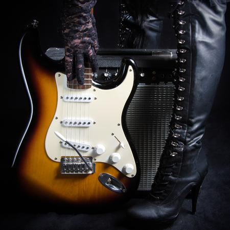 rocker girl: Guitarra eléctrica en frente de Amplificador recogido por una mujer Goth