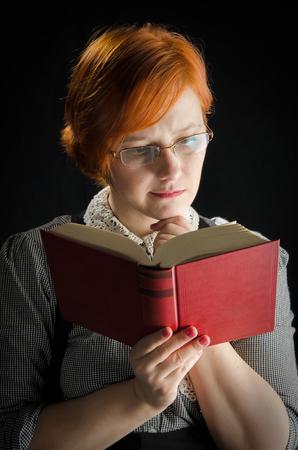 mujer leyendo libro: Libro Joven De la Lectura De la Mujer Foto de archivo