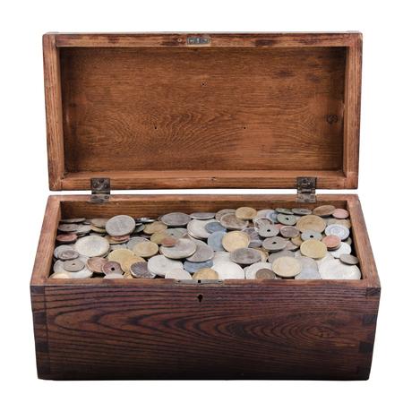 oude munten: Houten doos met oude munten Stockfoto