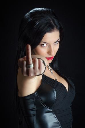 mittelfinger: Frau zeigt Mittelfinger
