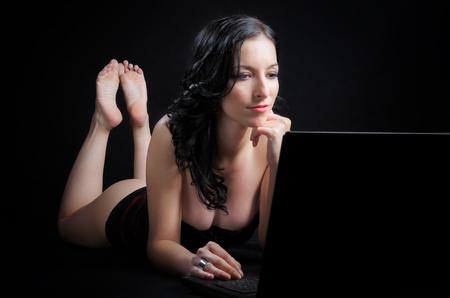 pies sexis: Mujer atractiva con la computadora portátil