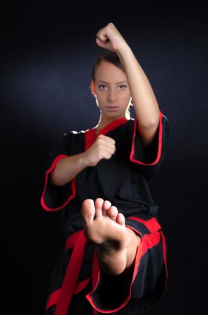 erfolgreiche frau: Karate-M�dchen in Kimono