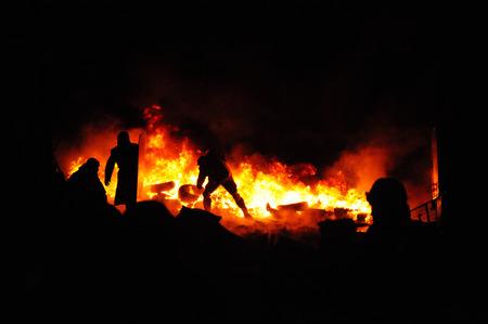 peleando: neum�ticos crisis.Protester quemaduras de Ucrania para impedir que la polic�a antidisturbios. Calle combate en Kiev, Ucrania. crisis de Ucrania. Los incendios de una revoluci�n. Foto de archivo