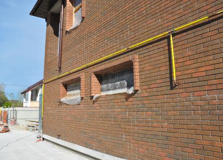 ガス管線システム接続には、家の中の壁がインストールされています。安全範囲、衣類乾燥機に鋼または銅パイプからガス線接続を行う適切な継手 写真素材