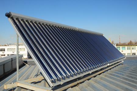 Zonne-waterverwarmingssystemen (SWH) gebruiken zonnepanelen, collectoren genaamd, die op uw dak zijn gemonteerd. Energie-efficiëntie concept. Solar Warmwaterpanelen verwarming. Stockfoto