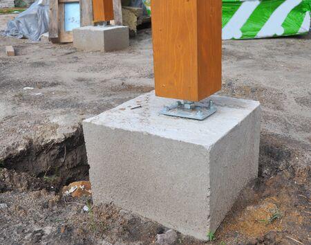 Terrasconstructie. Terrasvormige houten pijlerhouder. Houten pijlerinstallatie voor huisterras en houten portiekdak.