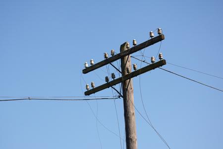 허리케인 후 와이어 파손. 전원 선이 고장났습니다. 허리케인은 수천 가구의 전기 손실 등 예상보다 많은 피해를 입혔습니다.