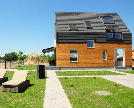 Moderne woningbouw. Zonneboilersystemen (SWH) maken gebruik van zonnepanelen op het dak. Home Dakramen, Dakkapel, Ventilatie. Eco Smart House Energie-efficiëntie.