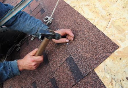 屋根葺き職人インストール アスファルト屋根の鉄片。屋根葺き職人インストール アスファルト屋根の鉄片のビューを閉じます。屋根工事、屋根葺き