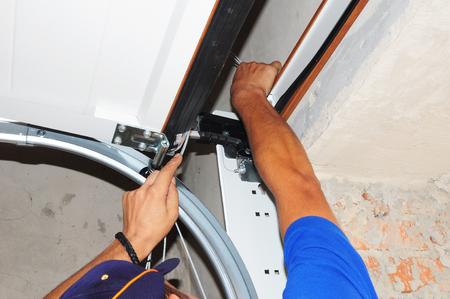 Reparatie door aannemers Garage Door Springs. Garagedeurafdichting, garagedeurveren, garagedeurvervanging, garagedeurreparatie. Repareer garagedeuropener. Stockfoto