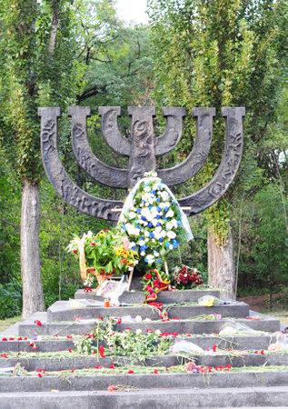 키예프-우크라이나 -9 월 23 일, 2017 : 독일군에 의해 키예프에서 Babi Yar에서 1941 년에 실행하는 유태인 사람들에 전념하는 꽃으로 메 노라 기념관. 홀로