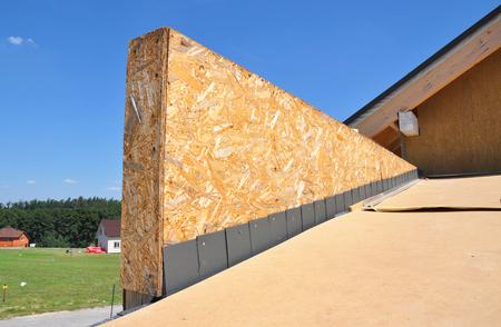 防水、問題コーナーエリアの断熱材と屋根建設ハウス。アスファルト帯屋根の設置と修理。