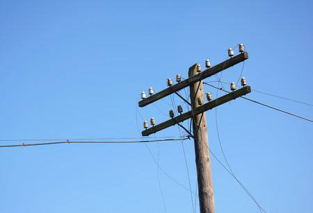 전기 게시물 전원 극입니다. 허리케인 후 와이어 파손. 전원 선이 고장났습니다. 허리케인은 수천 가구의 전기 손실 등 예상보다 많은 피해를 입혔습니