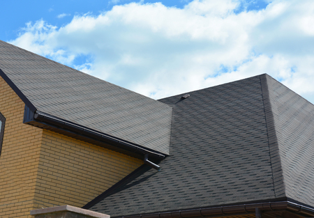 Impermeabilización del área problemática del techo con tejas de asfalto y canaleta de lluvia. Construcción de techos de tejas de asfalto.