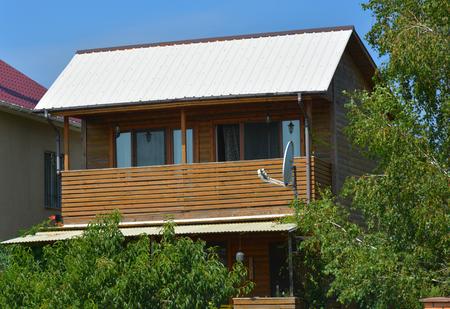 Pequeña cabaña de madera con balcón acogedor Foto de archivo