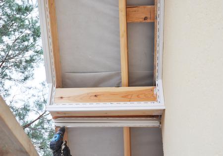 PVC fascia and soffit installation. Close up on  Soffit and Fascia Installation. Roofing Construction. 版權商用圖片