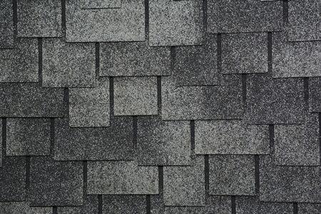 Asphaltschindeln Foto. Nahaufnahme auf Asphalt Dachschindeln Hintergrund. Dachschindeln - Dachkonstruktion
