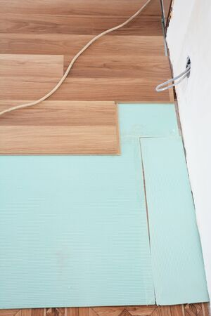 Installing wooden laminate flooring in wall problem area Imagens