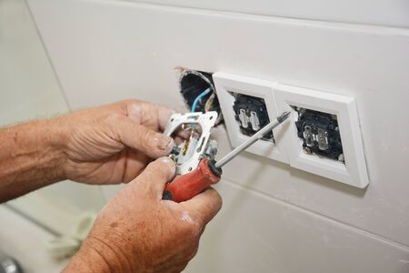 Prise de réparation et d'installation d'électricien, prise de courant Banque d'images