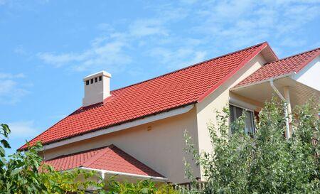 Nuova costruzione del tetto della casa con tetto in metallo e impermeabilizzazione nelle aree del tetto problematiche esterne. Archivio Fotografico
