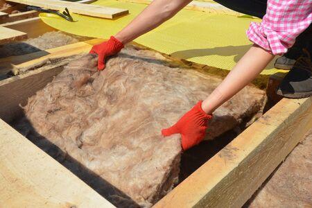 Dämmung des Auftragnehmers mit Mineralwolle-Attikadach. Nahaufnahme auf Dämmschichten aus Mineralwolledämmung, Dachdämmung