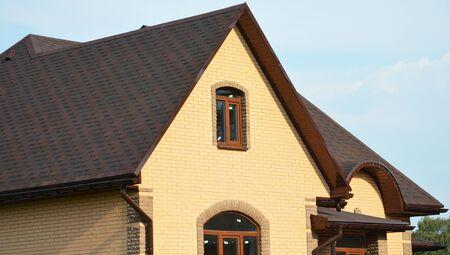 Dach z gontów asfaltowych. Konstrukcja dachowa Dom na dachu z gontem bitumicznym, rynną deszczową i wentylacją dachu. Zamknij się na gonty bitumiczne. Zdjęcie Seryjne