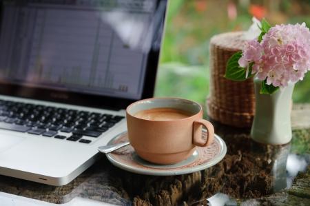 ブラウンのコーヒー カップをテーブルに
