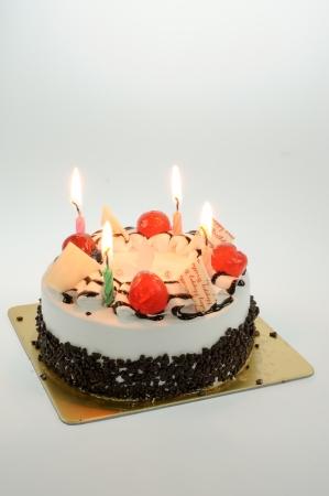 flores de cumplea�os: pastel de cumplea�os aislado en el fondo blanco Foto de archivo