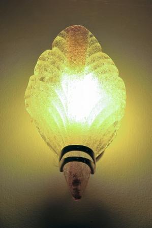 wall sconce: Aplique con luz cl?sica en la pared Foto de archivo