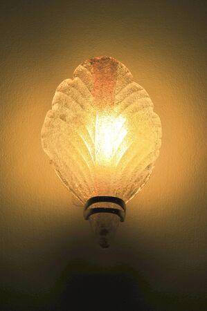 wall sconce: Aplique cl�sico iluminado en la pared Foto de archivo