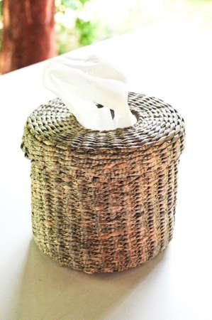 oude krant: Tissue papier doos gemaakt door oude krant