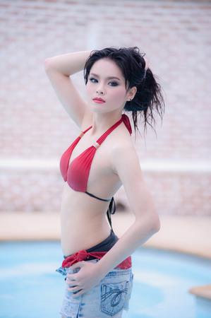 sexy young girl: Азия сексуальная молодая девушка, стоя рядом с бассейном