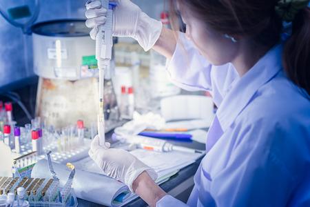 investigando: mujeres asia tecnología médica que hace la investigación en el hospital de laboratorio