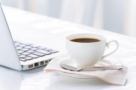Kopje koffie en laptop voor het bedrijfsleven in coffeeshop