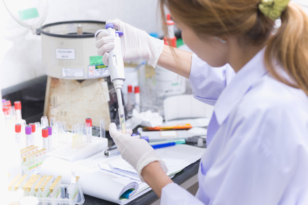 Tecnologia medica delle donne dell'Asia che effettua ricerca nell'ospedale del laboratorio Archivio Fotografico - 45293579