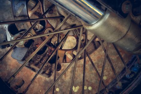frenos: primer plano de frenos de disco de la moto Foto de archivo