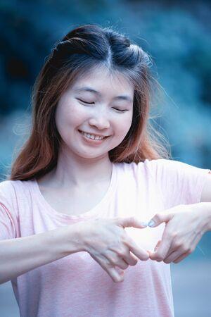 asia alegre sonriente joven mujer que hace signo de corazón con las manos, la expresión positiva emoción humana sintiendo percepción vida lenguaje corporal actitud, concepto feliz