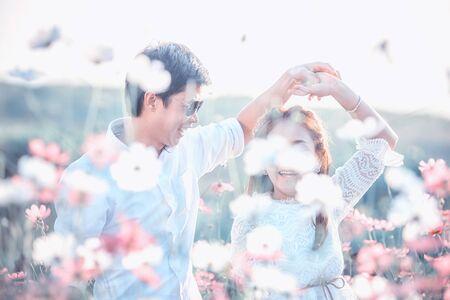 ragazza innamorata: Amore e tenerezza. Bella giovane coppia amorosa abbracciando nel giardino del fiore di primavera. tempo romantico.