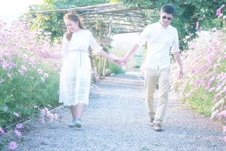 donna innamorata: asia giovane coppia felice in amore all'aperto in primavera