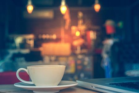 la taza de café en la cafetería - estilo de la vendimia de efecto de imagen Foto de archivo