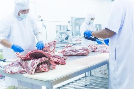 Ein Metzger das frische Fleisch in Schinken und Schweinefleisch Fabrik Schneiden Standard-Bild - 75546226