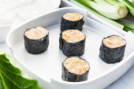 エビの蒸しラップ、食品好きの設定は日本食のレストラン、スープ、タイ風です。